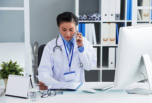 medecin au téléphone dans son cabinet médicale